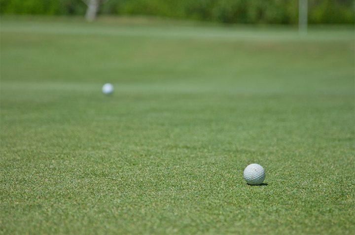 La bola baja en golf